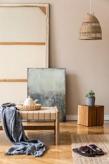 Бохо-композиция гостиной с дизайнерским шезлонгом, подушками, корзинами, росписью, натуральными украшениями из ротанга и элегантными личными аксессуарами.