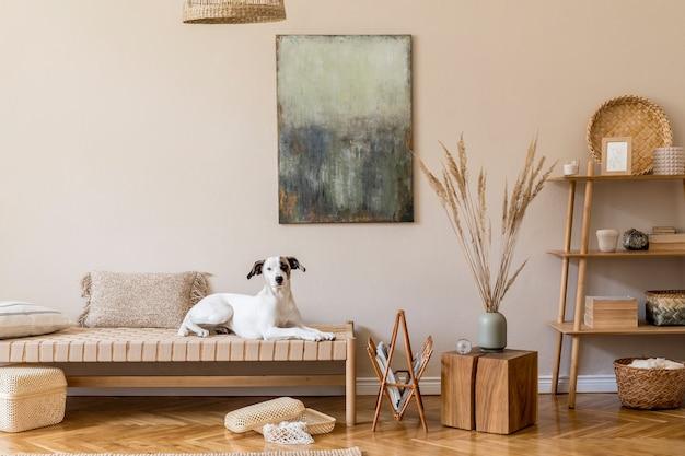 Бохо композиция гостиной с мебелью, абстрактная живопись, декор из ротанга, бамбуковая полка с элегантными личными аксессуарами.