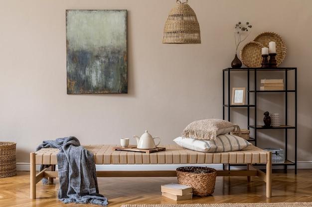 家具、モックアップ絵画、籐の装飾、エレガントなパーソナルアクセサリーを備えたリビングルームの自由奔放に生きる構成。ベージュの壁。室内装飾。レンプレート。