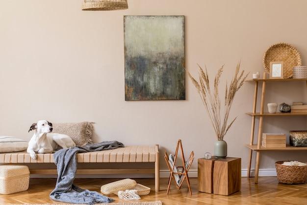 Бохо композиция гостиной с мебелью, картинами, декором из ротанга и элегантными личными аксессуарами.