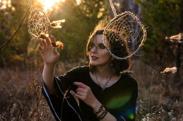 ドリームキャッチャーの近くで踊る自由ho放に生きるスタイルの女性。女性の自由、魔女、ジプシースタイルコンセプト