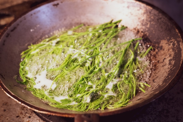 ガスストーブの上に水を沸騰させて野菜を沸かす