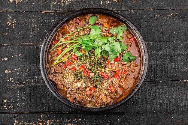 Вареная говядина с китайской кухней сычуани Premium Фотографии