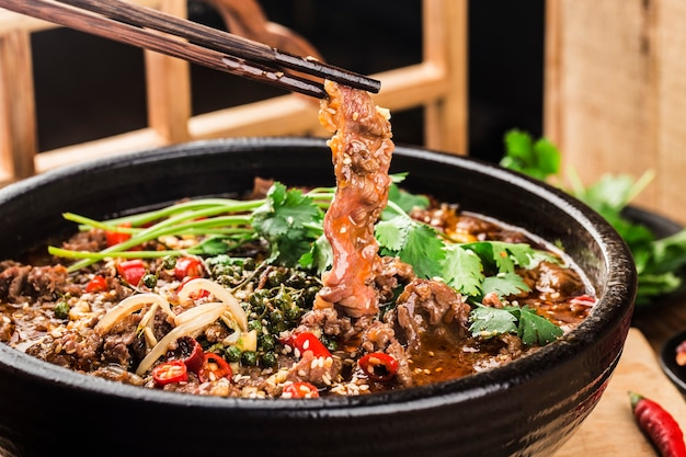 Вареная говядина с китайской кухней сычуани
