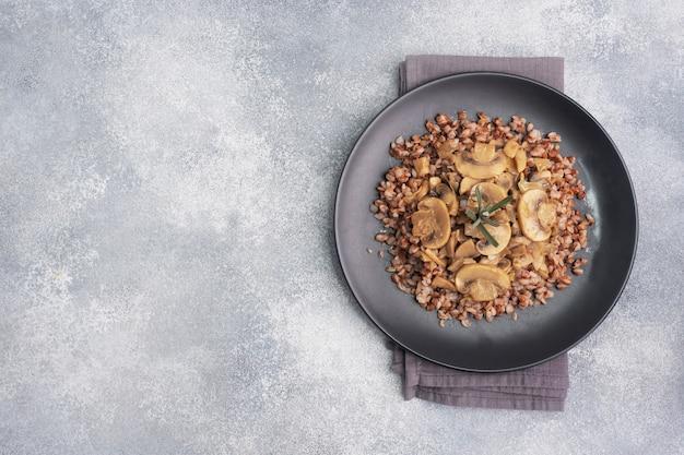 Гречка отварная с тушеными грибами. русская традиционная еда. здоровое диетическое питание. копировать пространство, вид сверху.