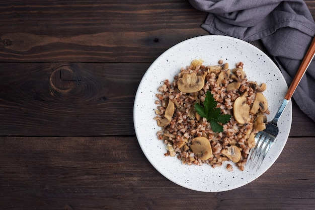 조림 버섯과 삶은 메밀. 러시아 전통 음식. 건강한 다이어트 식품. 복사 공간, 상위 뷰입니다.