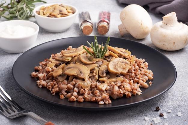 조림 버섯과 삶은 메밀. 러시아 전통 음식. 건강한 다이어트 식품.