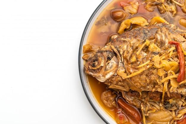 Вареная рыба карп с маринованным салатом