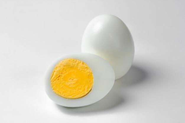 Вареные куриные яйца на белом фоне.