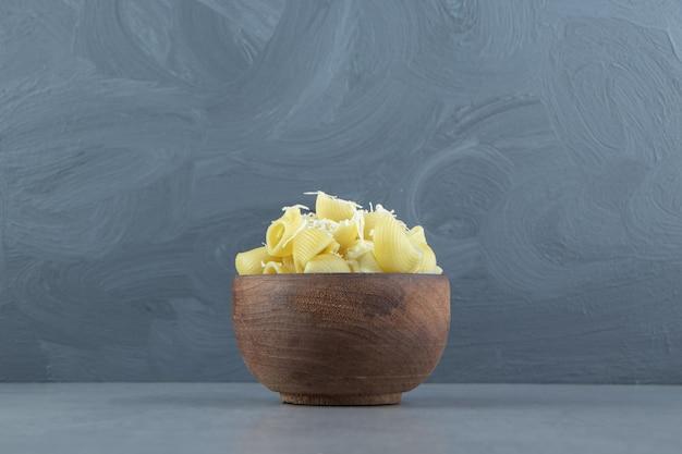 나무 그릇에 삶은 콘치글리 파스타.