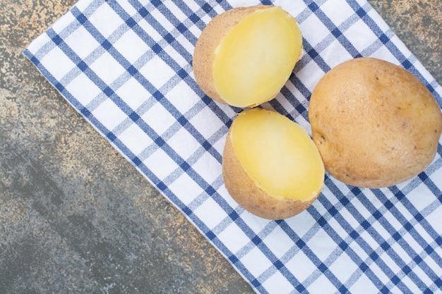 식탁보에 삶은 맛있는 전체 감자. 고품질 사진