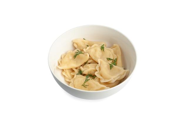 Вареные вареники с картофелем и грибами. украшен зеленью. белая тарелка. вид сверху. белый фон. изолированный.