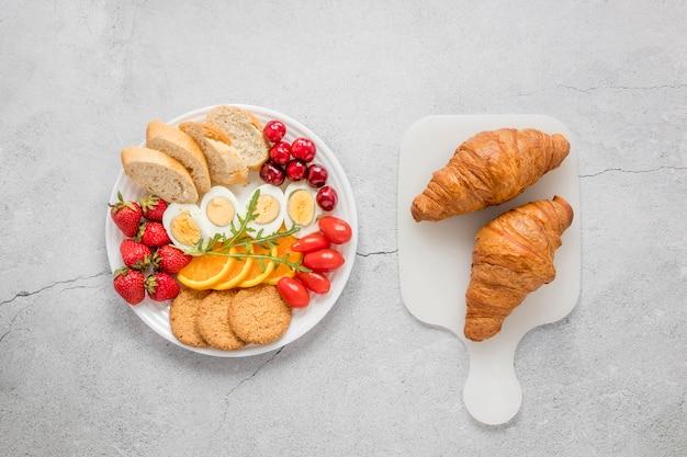 Вареные яйца, фрукты и овощи на завтрак