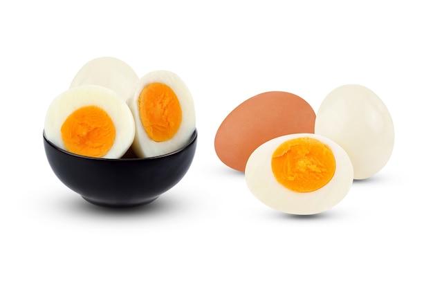 삶은 달걀 흰 배경에 고립