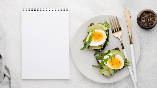 커팅 보드에 삶은 계란