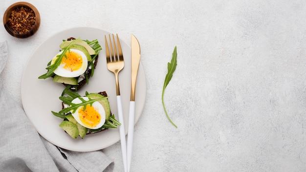 접시에 삶은 계란