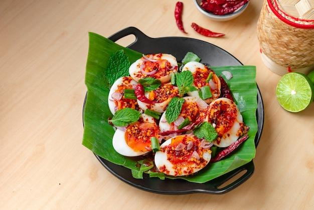木製のテーブルにゆで卵のスパイシーサラダ