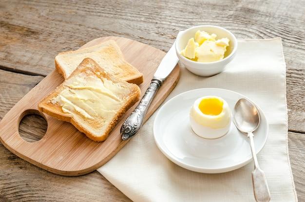 木製のテーブルにサクサクのトーストとゆで卵