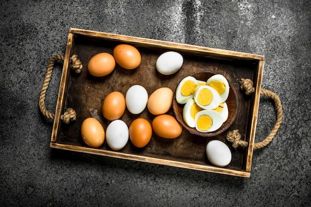 ボウルにゆで卵。素朴な背景に。