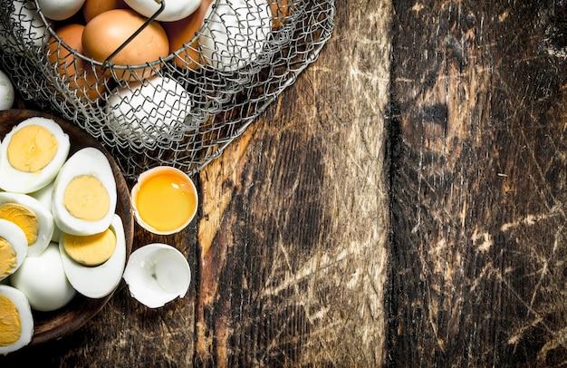 ボウルにゆで卵。木製の背景に。