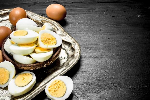 ボウルにゆで卵。黒い黒板に。