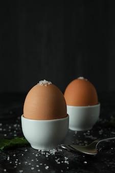 黒いスモーキーテーブルのゆで卵、クローズアップ
