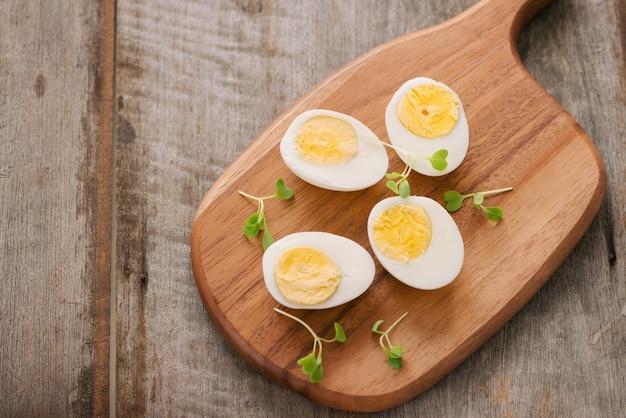 まな板の上でゆで卵。セレクティブフォーカス、テキスト用スペース