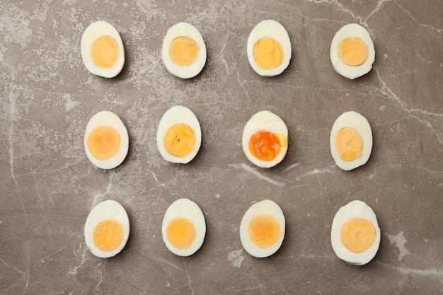 Вареные яйца на сером фоне