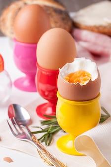 Вареные яйца, розмарин и столовое серебро