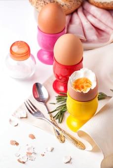 Вареные яйца, соль, хлеб и ветчина