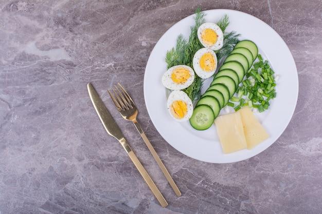 얇게 썬 오이와 허브를 곁들인 삶은 달걀