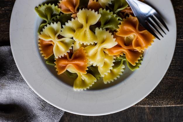 Вареные макароны фарфалле в миске