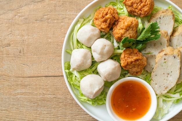茹でたフィッシュボール、エビのボール、スパイシーなディップソースを添えた中華魚肉ソーセージ
