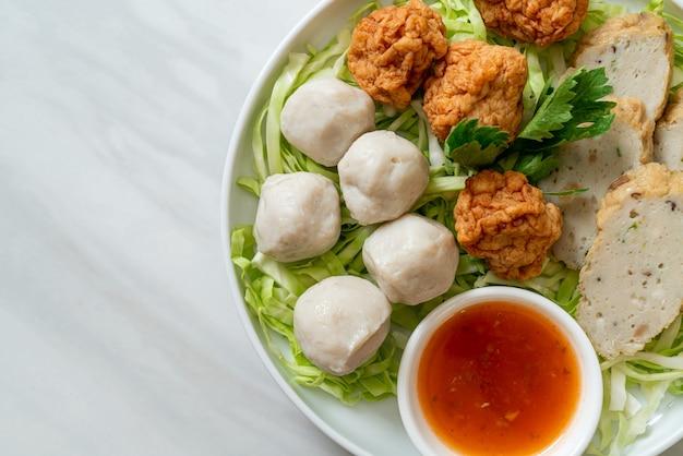 煮魚のボール、エビのボール、スパイシーなディップソースを添えた中国の魚肉ソーセージ