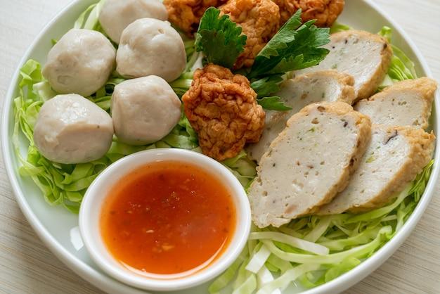 ボイルドフィッシュボール、エビボール、スパイシーなディップソースを添えた中華魚肉ソーセージ