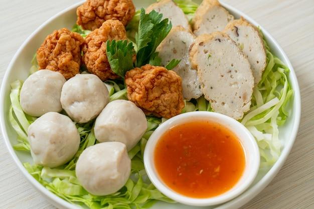 Вареные рыбные шарики, шарики из креветок и китайская рыбная колбаса с острым соусом для окунания