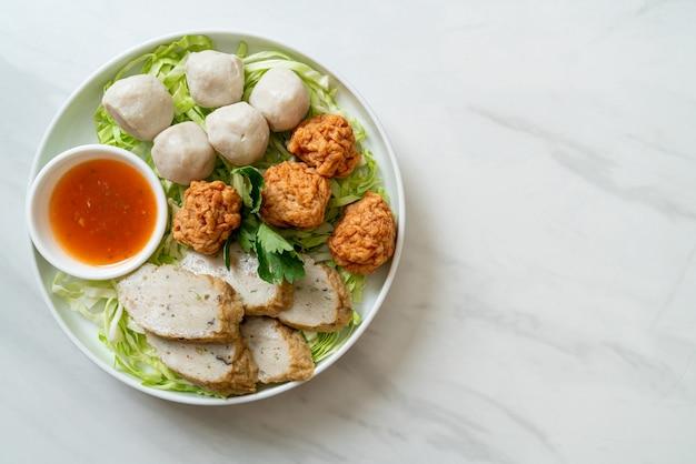 Вареные рыбные шарики, шарики из креветок и китайская рыбная колбаса с острым соусом для макания
