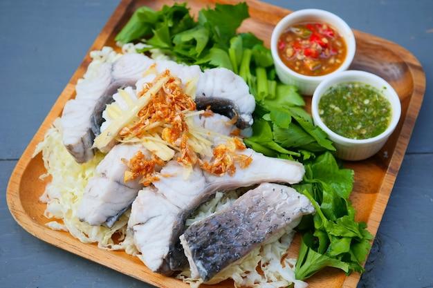 소스와 야채를 곁들인 삶은 생선 딥