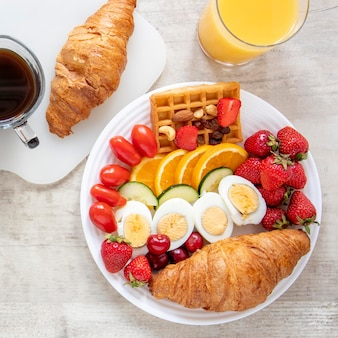 Boiled ggs fruits and vegetables with juice