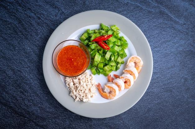 Вареная зеленая розель, креветки, креветки и куриная грудка в миксере с соусом в азиатском стиле, концепция здорового питания, восточная еда. домашнее приготовление. вкусная вкусная еда.