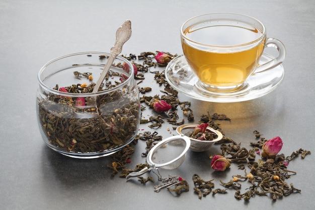 Зеленый чай отварной с розой и ситечком