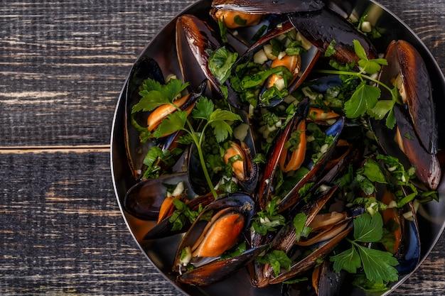 Вареные мидии в кастрюле приготовления блюдо. Premium Фотографии