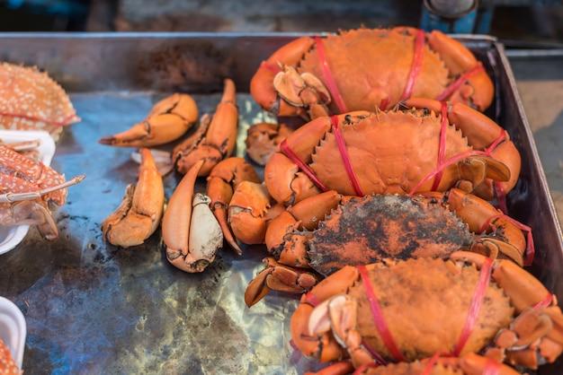 タイのシーフード市場で茹でたか蒸したカニ