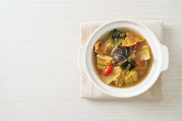 삶은 절인 양배추와 여주 수프 - 아시아 및 완전 채식주의 자 및 채식주의 음식 스타일