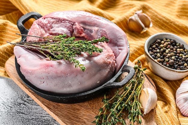 豚の舌をスパイスとハーブで煮たもの。有機肉の内臓。白色の背景。上面図。
