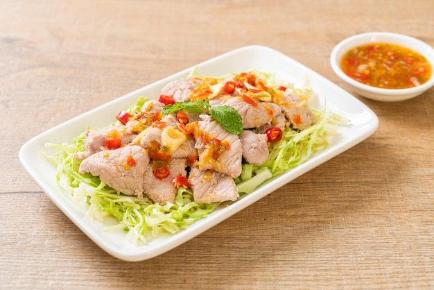 Вареная свинина с лаймом, чесноком и соусом чили