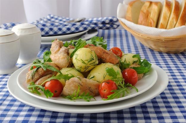 닭고기, 루꼴라, 토마토를 곁들인 삶은 감자