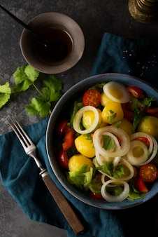 접시에 양파와 야채와 삶은 감자, 전통 러시아 요리, 평면도