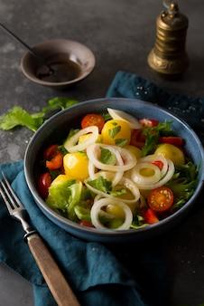 접시에 양파와 야채를 곁들인 삶은 감자, 전통 러시아 요리