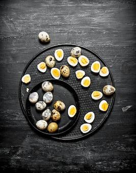 プレートにゆでウズラの卵。 Premium写真